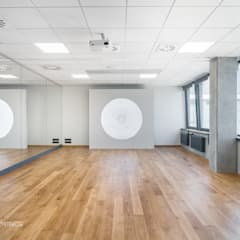 nowoczesne biuro, sala baletowa, joga: styl , w kategorii Przestrzenie biurowe i magazynowe zaprojektowany przez SARNA ARCHITECTS   Interior Design Studio
