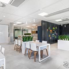 nowoczesne biuro, jadalnia, stołówka w biurze: styl , w kategorii Przestrzenie biurowe i magazynowe zaprojektowany przez SARNA ARCHITECTS   Interior Design Studio
