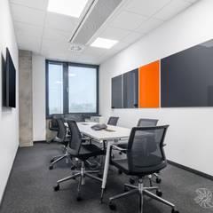 biuro, sala szkoleniowa: styl , w kategorii Biurowce zaprojektowany przez SARNA ARCHITECTS   Interior Design Studio
