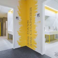 Nowoczesne biuro, lazienka: styl , w kategorii Przestrzenie biurowe i magazynowe zaprojektowany przez SARNA ARCHITECTS   Interior Design Studio