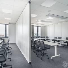 nowoczesne biuro, sale szkoleniowe, sale konferencyjne: styl , w kategorii Przestrzenie biurowe i magazynowe zaprojektowany przez SARNA ARCHITECTS   Interior Design Studio