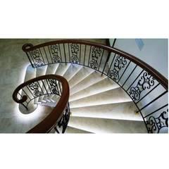 Design Hub interiors by Çise Mısırlısoy İç Mimar  – Villa in Akçay:  tarz Merdivenler
