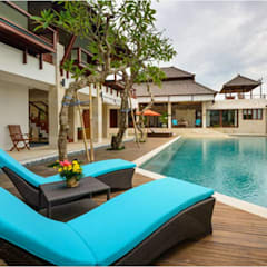 Villa Saya - Pool Deck Area:  Kolam renang halaman by HG Architect