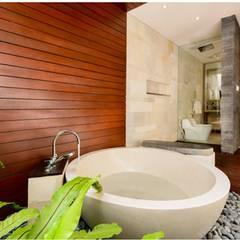 Villa Saya: Kamar Mandi oleh HG Architect,
