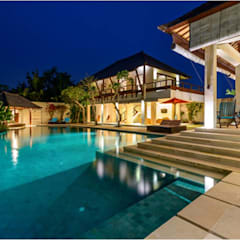 Villa Saya - Pool View at night:  Kolam Renang by HG Architect