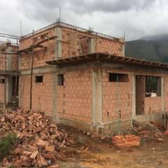 Fachadas: Casas de estilo colonial por ATELIER HABITAR