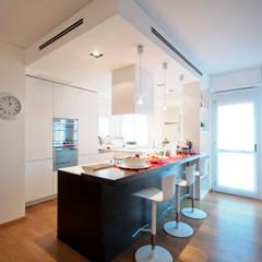 Open living Milano: Cucina attrezzata in stile  di Tamara Gerosa