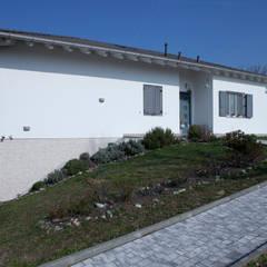 Facciata esterna: Giardino anteriore in stile  di Spazio Positivo