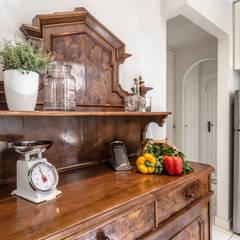 Casa Q2 - Relooking: Cucina attrezzata in stile  di Architrek