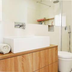 Casa da Rita e do Pedro: Casas de banho  por Homestories