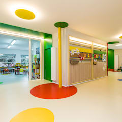 Colegio Maristas San José del Parque (Área infantil): Estudios y despachos de estilo clásico de Arkin