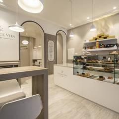 Cafetería/Pastelería La Dolce Vita: Bares y Clubs de estilo  de Arkin