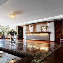hall di ingresso: Hotel in stile  di Morelli & Ruggeri Architetti