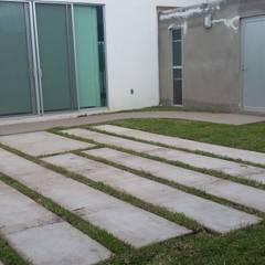 CONSTRUCCION CASA HABITACION: Jardines en la fachada de estilo  por DALSE Construccion & Remodelación