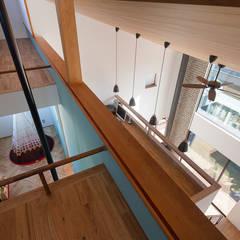 大らかに繋がるロフト: 根來宏典建築研究所が手掛けたウォークインクローゼットです。