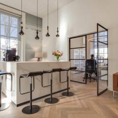 reception and pantry:  Kantoor- & winkelruimten door Dineke Dijk & partners Architecten