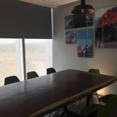 Sala de juntas : Estudios y oficinas de estilo industrial por IVHER MANTENIMIENTO INTEGRAL SA DE CV