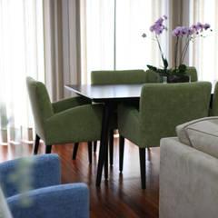 Surfer Colors living room Salas de jantar mediterrânicas por Perfect Home Interiors Mediterrânico Madeira Acabamento em madeira