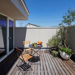 バルコニーにはグリーンを飾り家族だけの庭: タイコーアーキテクトが手掛けたテラス・ベランダです。