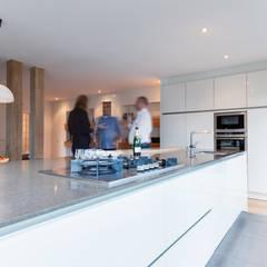 Renovation of a '70 house Moderne keukens van Dineke Dijk Architecten Modern