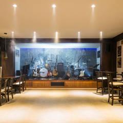 Área de festas , Home Pub e Man Cave Rock n´ Roll AM  - Projeto Metrik Design - Arquiteto em Balneário Camboriú, Blumenau  e Região: Escadas  por Metrik Design - Arquitetura e Interiores