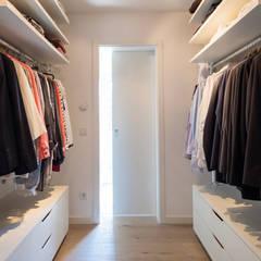 Walk in closet de estilo  por FingerHaus GmbH - Bauunternehmen in Frankenberg (Eder)