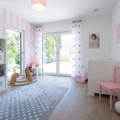BAUHAUS-UNIKAT - frei geplantes Kundenhaus:  Kinderzimmer Mädchen von FingerHaus GmbH - Bauunternehmen in Frankenberg (Eder)