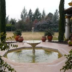 Пруд в саду в . Автор – Estudio Dillon Terzaghi Arquitectura - Pilar, Колониальный Керамика
