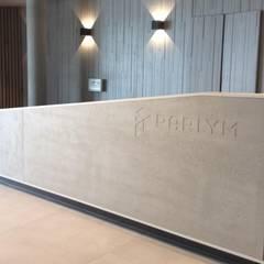 Banque d'accueil vue de l'ascenseur: Bureaux de style  par Thomas JENNY