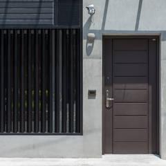 Puertas de estilo  por 知域設計
