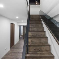 6+1 Pets house:  樓梯 by 知域設計