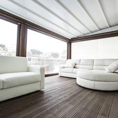 Soggiorno su terrazza: Terrazza in stile  di Archihouse