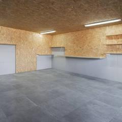 Vivienda tradicional en Moscoso: Garajes de estilo  de LIQE arquitectura