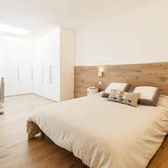 Reforma Integral en Vivienda. Sant Cugat, Barcelona: Dormitorios de estilo  de Sezam disseny d'Interiors SL