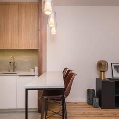Zdjęcie aneksu kuchennego z odsuniętym panelem: styl , w kategorii Jadalnia zaprojektowany przez Viva Design - projektowanie wnętrz