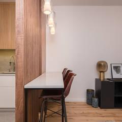Zdjęcie aneksu kuchennego z panelem ażurowym: styl , w kategorii Jadalnia zaprojektowany przez Viva Design - projektowanie wnętrz
