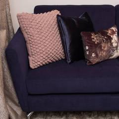 Poduszki na sofie w salonie: styl , w kategorii Salon zaprojektowany przez Viva Design - projektowanie wnętrz