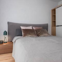 Łóżko w sypialni - widok na szafę: styl , w kategorii Sypialnia zaprojektowany przez Viva Design - projektowanie wnętrz