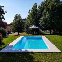 Piscinas de jardín de estilo  por Aquazzura Piscine