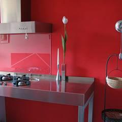 Bassorilievi e modanature - DETTAGLI: Cucina attrezzata in stile  di RossoMattone architettura