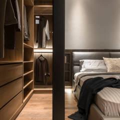 Bedroom:  更衣室 by 湜湜空間設計