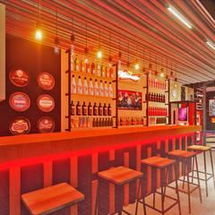 Pub 380: Bares e clubes  por Ambientando Arquitetura & Interiores