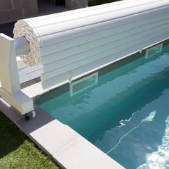 Volet de piscine roulant: Piscines  de style  par Oplus piscines