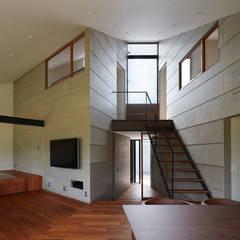 新屋敷の家: 小松隼人建築設計事務所が手掛けた階段です。