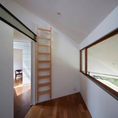新屋敷の家: 小松隼人建築設計事務所が手掛けた子供部屋です。
