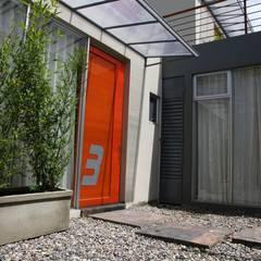 CHAPINERO CENTRAL ESTUDIOS: Puertas de estilo  por RIVAL Arquitectos  S.A.S.