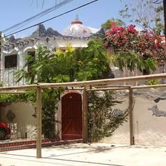 Fachada e Acesso principais: Casas  por Arquitetura & Design - Marcela Tavares