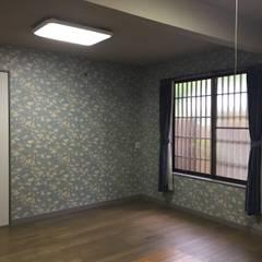 伝統とモダンの融合した京都の別荘: 株式会社井蛙コレクションズが手掛けた寝室です。,