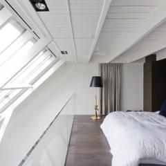 luxe maisonette in de Pijp - Bas Vogelpoel Architecten Amsterdam: moderne Slaapkamer door Bas Vogelpoel Architecten