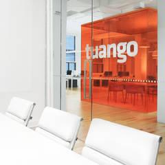 TUANGO: Bureaux de style  par Vica Riviera